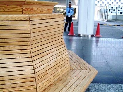 時計下のベンチ 椅子