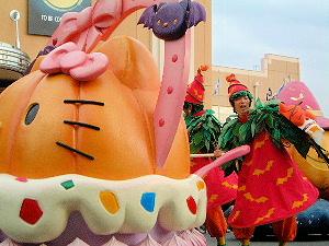 ハロウィーンパレードで行進中のキティちゃん